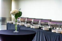Tabelle mit Vase und Blume stockfotografie
