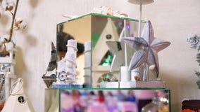 Tabelle mit verschiedenen Pl?tzchen, T?rtchen, Kuchen, kleinen Kuchen und cakepops stock footage