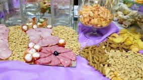 Tabelle mit verschiedenen Pl?tzchen, T?rtchen, Kuchen, kleinen Kuchen und cakepops stock video footage