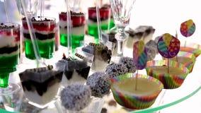 Tabelle mit verschiedenen Pl?tzchen, T?rtchen, Kuchen, kleinen Kuchen und cakepops stock video