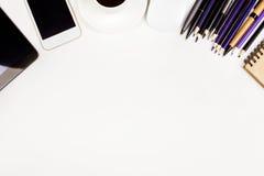 Tabelle mit Versorgungen, Kaffee und Geräten Lizenzfreie Stockfotografie
