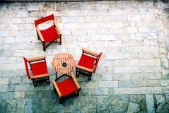 Tabelle mit vier Stühlen Stockbild