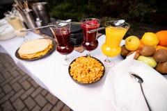 Tabelle mit weißer Tischdecke, Pfannkuchen stockfoto