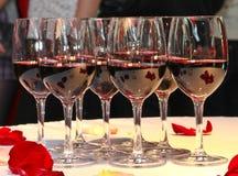 Tabelle mit Wein Stockfotografie