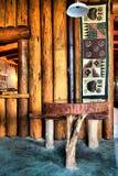 Tabelle nahe bei hölzerner Wand im afrikanischen Restaurant Lizenzfreie Stockfotografie