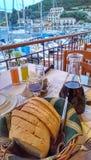 Tabelle neben Hafen in Griechenland stockfotografie