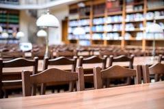 Tabelle nel corridoio delle biblioteche Fotografia Stock Libera da Diritti