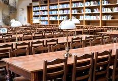 Tabelle nel corridoio delle biblioteche Immagine Stock Libera da Diritti