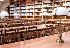 Tabelle nel corridoio delle biblioteche Fotografie Stock Libere da Diritti