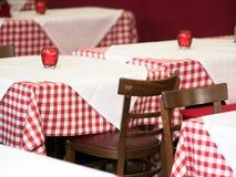 Tabelle nel ristorante immagini stock