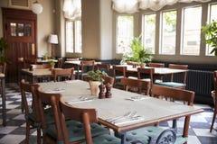 Tabelle poste per servizio in ristorante vuoto fotografia stock libera da diritti
