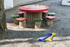 Tabelle, Schemel, Spielwaren auf dem Spielplatz lizenzfreie stockfotografie