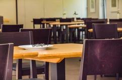 Tabelle, sedie in un ristorante fotografia stock libera da diritti