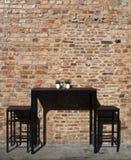 Tabelle, Stühle und alte Backsteinmauer, Penang Stockfotos