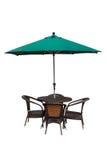 Tabelle, Stühle und Regenschirm draußen auf Weiß stockfotos