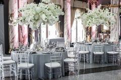 Tabelle stellt für die Heirat oder ein anderes versorgtes Ereignisabendessen ein Lizenzfreie Stockfotos