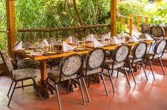 Tabelle stellte auf eine Dschungel-farbige Terrasse in einer tropischen Umwelt ein Stockbilder