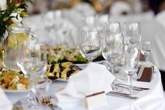 Tabelle stellte für eine festliche Party oder ein dinne ein Stockfoto