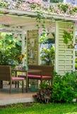 Tabelle stellte in Hausgarten, Baumzaunhintergrund ein Stockfoto