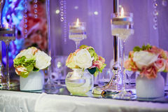 Tabelle stellte mit Kerzen und Blumen für ein festliches Ereignis, eine Partei oder einen Hochzeitsempfang ein Lizenzfreies Stockbild