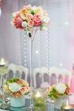 Tabelle stellte mit Kerzen und Blumen für ein festliches Ereignis, eine Partei oder einen Hochzeitsempfang ein Lizenzfreie Stockbilder