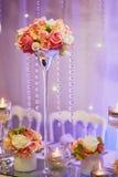 Tabelle stellte mit Kerzen und Blumen für ein festliches Ereignis, eine Partei oder einen Hochzeitsempfang ein Lizenzfreie Stockfotografie