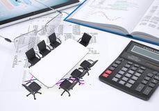 Tabelle, Tabletten-PC, Buch, Taschenrechner, Gläser, Papier Stockfotografie