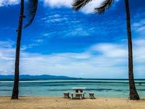 Tabelle am tropischen Strand Stockfotografie