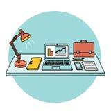 Tabelle und Büroartikel auf ihr Stockfotos