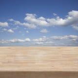 Tabelle und blauer Himmel Stockfoto