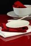Tabelle und Dishware lizenzfreies stockfoto