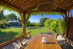 Tabelle und Garten in Provence Stockfotografie
