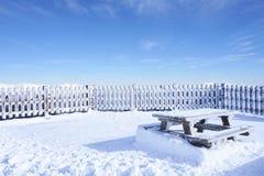 Tabelle und Schnee stockbilder