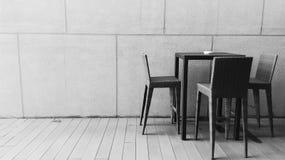 Tabelle und Stühle Stockbild