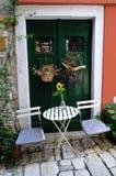 Tabelle und Stühle außerhalb der Haustür Stockfoto