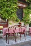 Tabelle und Stühle außerhalb einer Gaststätte Stockfotos