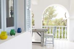 Tabelle und Stühle auf Balkon der modernen Wohnung Stockfoto