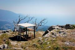Tabelle und Stühle auf Berg Stockfotos