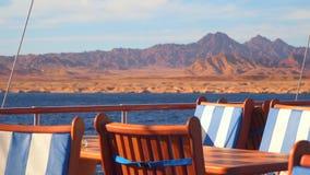 Tabelle und Stühle auf der Plattform der Yacht stock video