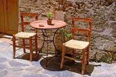 Tabelle und Stühle auf der Straße, Gre Stockbild