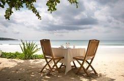 Tabelle und Stühle auf einem Strand Stockfoto