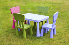 Tabelle und Stühle der Kinder Lizenzfreies Stockbild