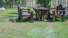 Tabelle und Stühle, die an am Garten stehen Lizenzfreies Stockfoto