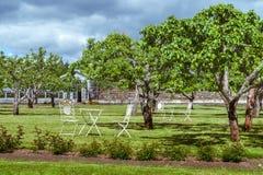 Tabelle und Stühle im alten Garten Lizenzfreie Stockfotos