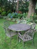 Tabelle und Stühle im Garten Lizenzfreie Stockbilder