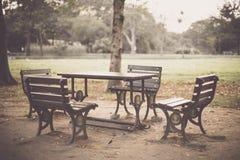 Tabelle und Stühle im Garten Stockfotografie