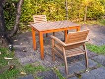 Tabelle und Stühle im Garten Lizenzfreies Stockfoto