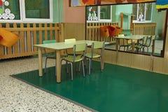 Tabelle und Stühle im Großen Raum der Kindertagesstätte mit einem Spiegel Lizenzfreie Stockfotos