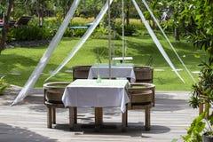 Tabelle und Stühle im tropischen Garten Insel Bali, Ubud, Indonesien Stockbild