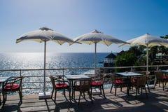 Tabelle und Stühle mit Regenschirm und einer schönen Seeansicht, Teneriffa, Costa Adeje, Kanarische Inseln Stockbilder